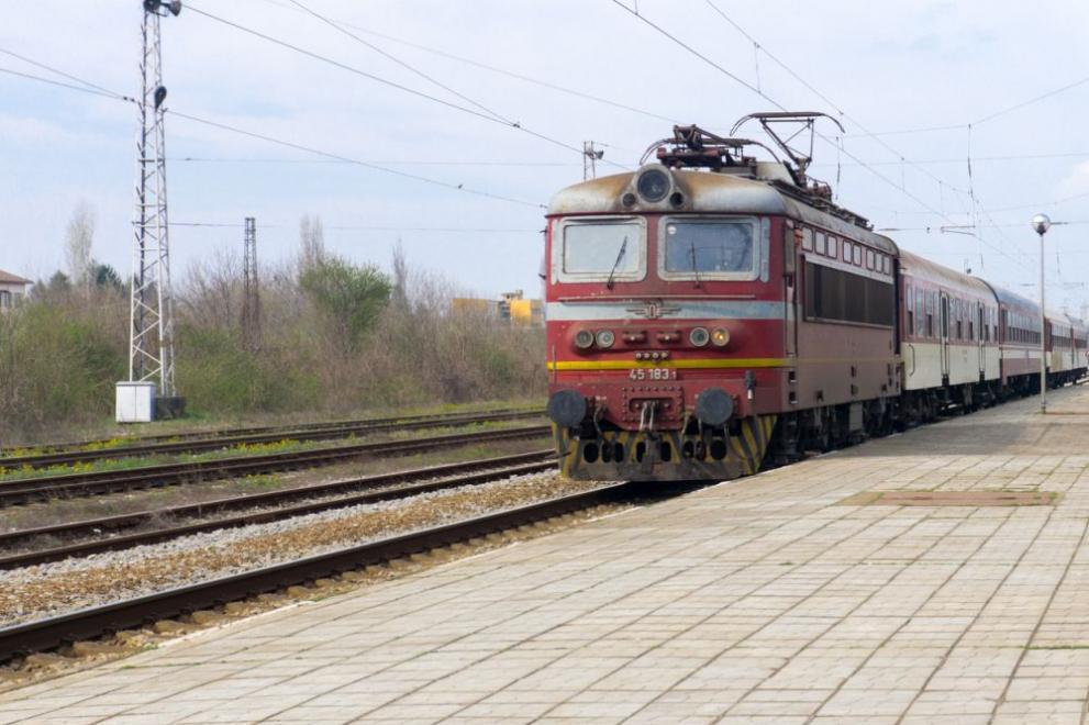 Запален кабел спря бърз влак с 80 пътници от Варна за Пловдив
