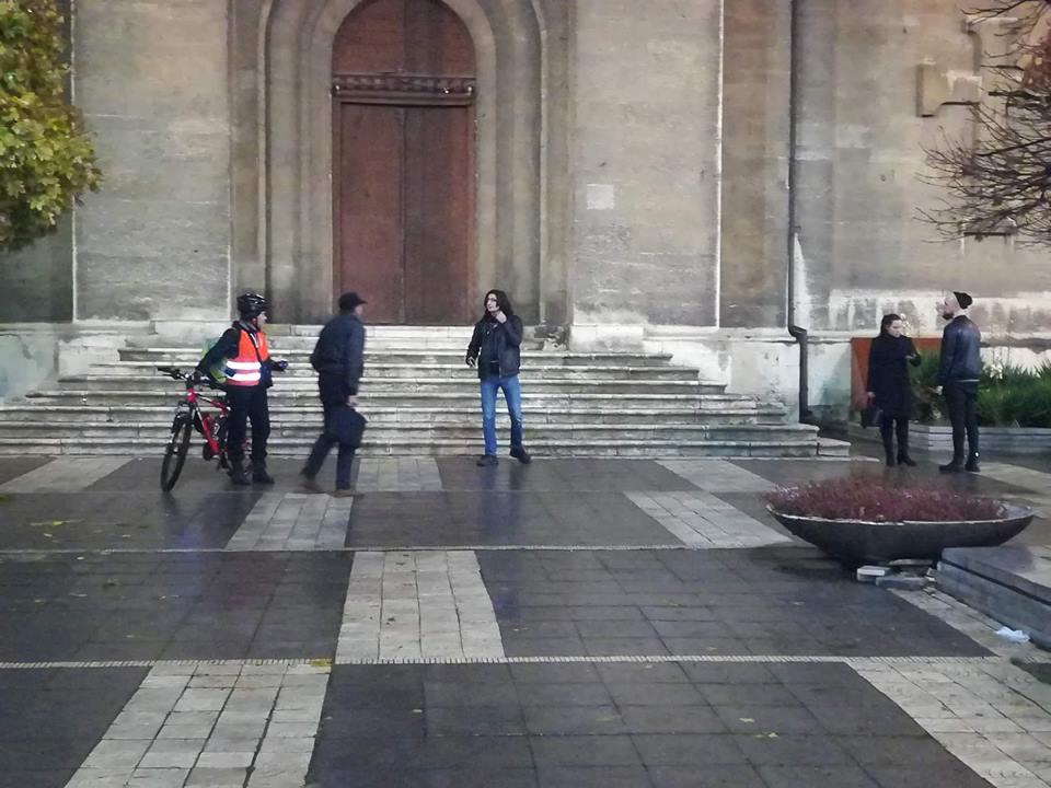 Въпреки дъжда няколко души излязоха пред Катедралата във Варна в знак на протест. Отново има засилено полицейско присъствие