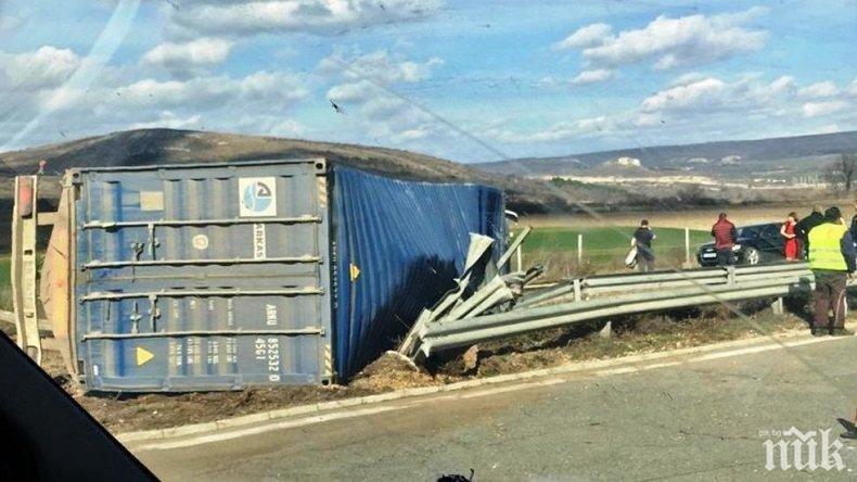 Аварирал камион затапи магистрала