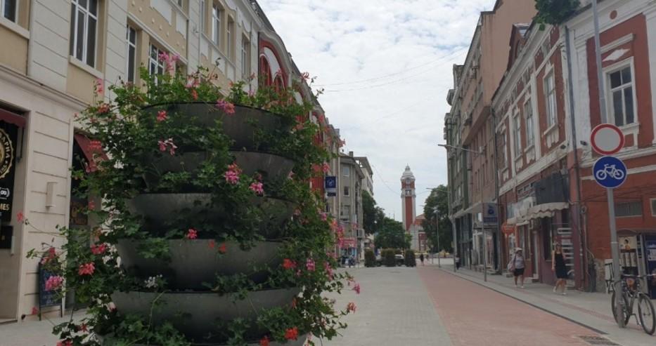 """Обновената ул. """"Цар Симеон I"""" е с нови пешеходни зони (снимки)"""